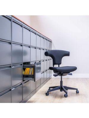 24Designs Torro Bureaustoel EN1335 - Stof Zwart - Zwarte Kunststof Kruispoot